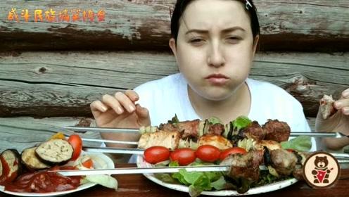 """俄罗斯大姐吃""""大串"""" 一串一斤肉 自己能吃三串"""