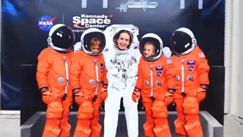 萌娃小可爱们和妈妈一起去航天基地游玩,还穿起了航天服玩!
