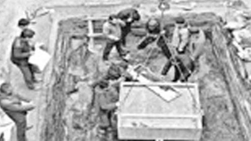 工程队施工挖出一座古墓,专家看到后,下令立即停止施工
