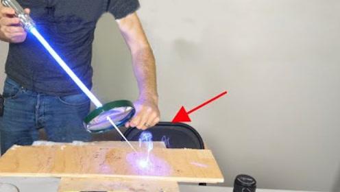 放大镜将激光放大数倍后会怎样?老外实测,场面瞬间失控!