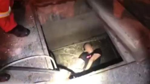 男子边打电话边走路 一脚踩空掉进窖井内无法动弹