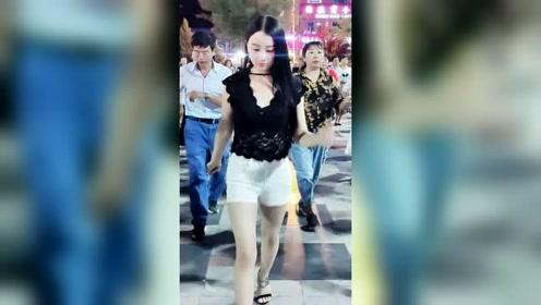 网红燕姐跳广场舞,这小眼睛眨的太会撩了吧