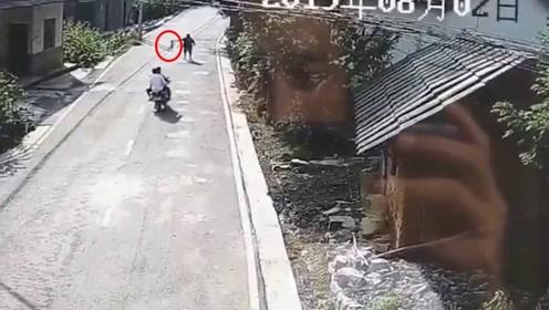 肇事逃逸?村民的鸡遭碾压对方逃逸 交警调取监控被气笑