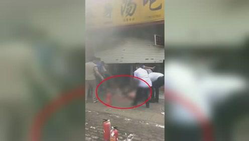 南宁一餐饮店发生煤气爆炸 热心群众将伤者从店内拖出