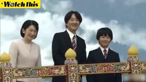 日本小皇子随父母首次出访海外 参观博物馆面对镜头大方挥手