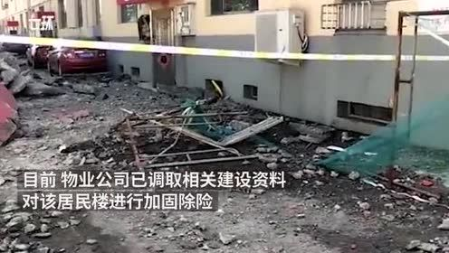 居民楼墙体脱落砸一排车,女子惊险避开