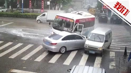 """客车雨天急刹上演近180度""""水上漂移"""" 水花四射致三车相撞"""