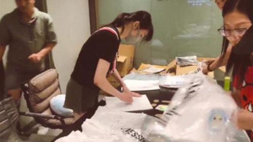 郑爽为粉丝签名1000件T恤,这个小细节超暖心