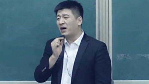 网红考研老师张雪峰,演讲途中被泼不明液体,气氛瞬间降至冰点!