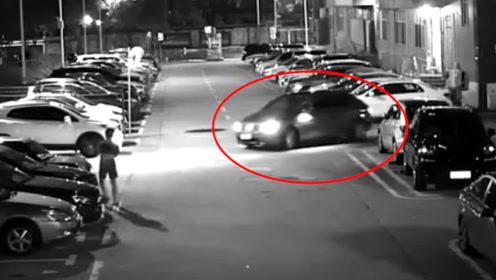 """男子酒后停车场内兜圈""""练车"""",朋友看着他连撞3车后也被拘了"""