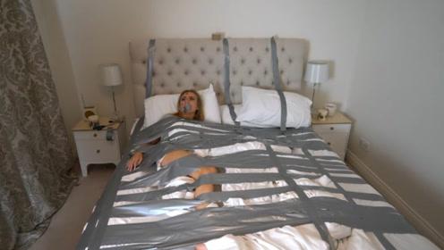 """老外用胶带把女友粘在床上,下一秒任由""""摆布"""",镜头拍下全程!"""