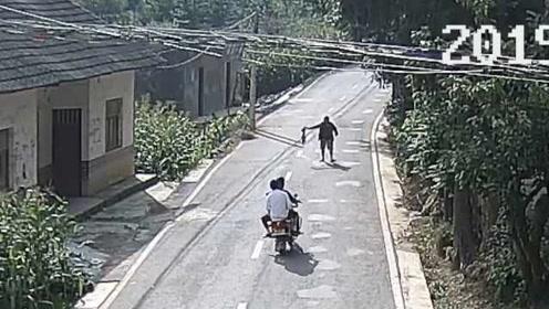史上最侮辱智商的碰瓷!男子用死鸡碰瓷摩托车,还报警求助