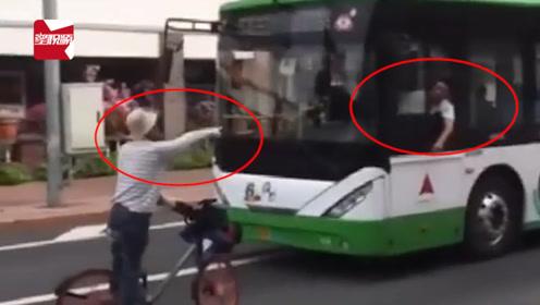 """吉林一大爷逆行逼停公交还一顿讲""""法"""",司机:我就笑笑不说话"""