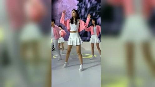 后面的小姐姐跳的也很美,你喜欢哪一个呢