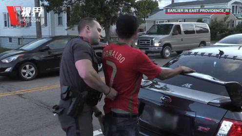 实拍美国巡警拦停飙车族 司机态度恶劣不愿配合