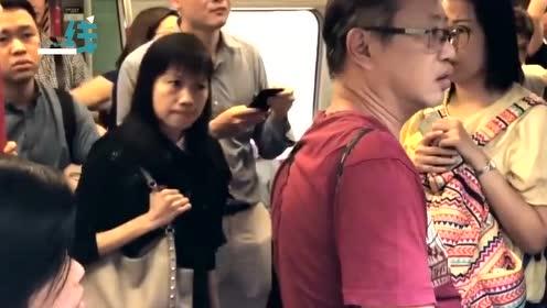 现场!港民怒斥堵地铁门废青:你现在吃父母 我们不上班你吃啥