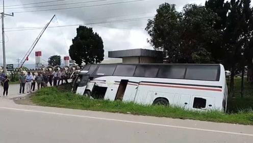 满载中国游客的大巴泰国清莱翻车 致1死1重伤