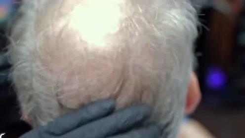 老汉因头发少可费了大劲,这顿折腾可算显多了,简直难上加难