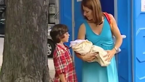 孕妇让路人帮忙看小孩,上厕所时就生出了宝宝?路人:什么鬼?