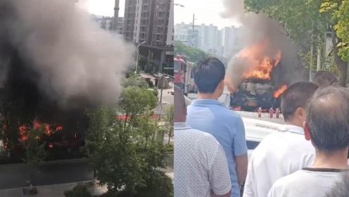 苏州一公交车着火只剩骨架 现场浓烟滚滚 乘客紧急疏散
