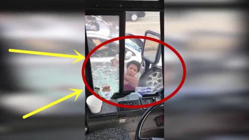奥迪女司机狂砸公交车,无视法律!下一秒更是猖狂!