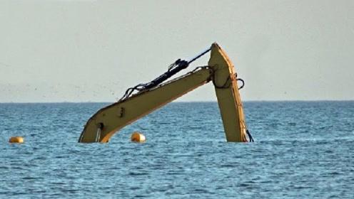 挖掘机在海上工作,施工员在水下施工,这操作你有见过?