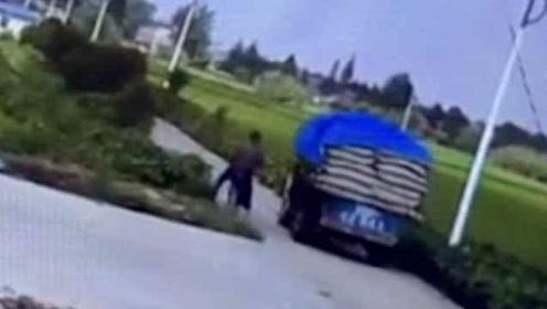 老人骑电动超车没扶稳:倒在车底被碾压,右臂截肢