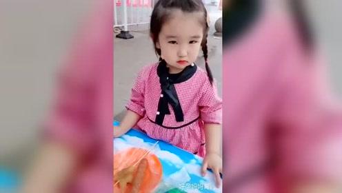 2岁小萝莉模仿本山大叔,一招一式太到位了,笑死人不偿命!