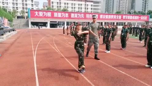 军人女儿走正步太给爹长脸了,这水平可以直接当教官了