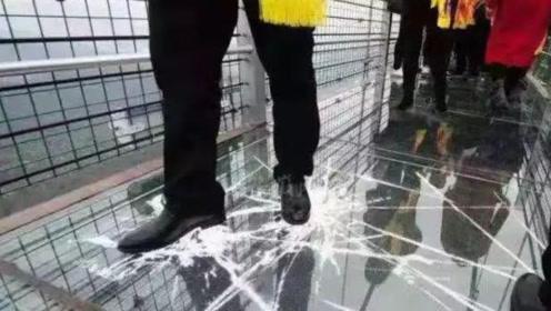"""又一座玻璃桥火了?一踩就会出现""""破裂"""",更有万丈深渊吓哭游客"""