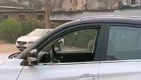 本以为小姐姐在指挥倒车,看到方向盘的那一刻,我忍不住笑了!