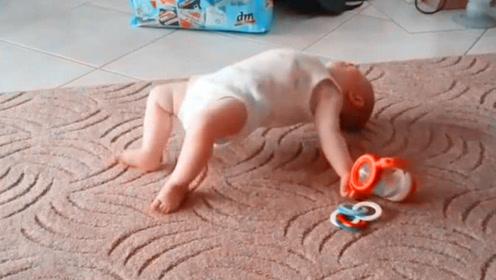 妈妈拿快递,让9个月宝宝独自在家,不料看监控后,爸妈傻眼了