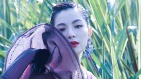 钟楚曦花朵深V长裙,你被惊艳到了吗?