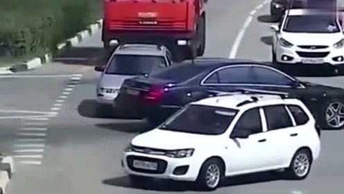 不让道就直接撞,豪车就是牛,以后再看见豪车还是躲着点吧!