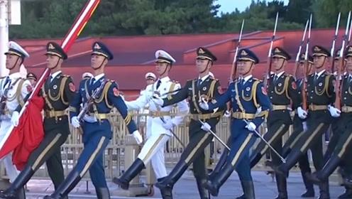 中国阅兵神一般的存在,正步一踢气势十足,外国网友:太厉害了!