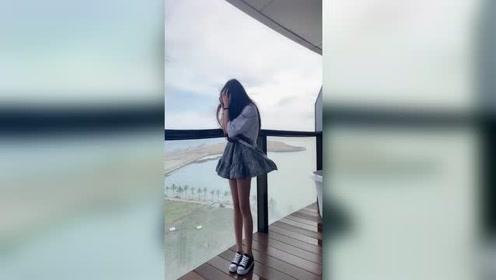 长腿小姐姐穿裙子的后果!