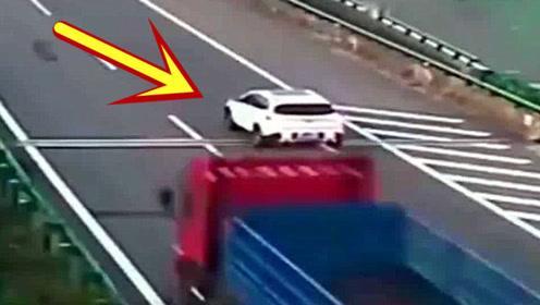 又一位奇葩女司机,高速上匝道口倒车,害惨了一车人!