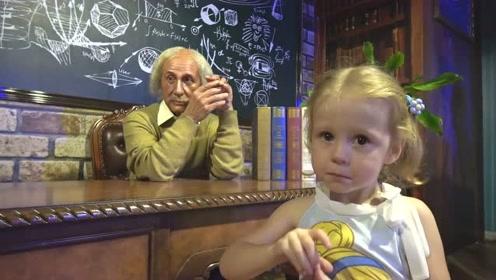 萌娃这是在哪儿玩呢?这里可真有趣呀!小家伙玩的可开心了!