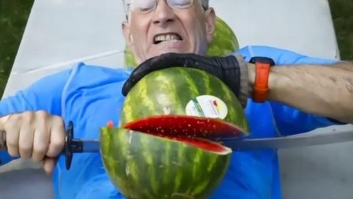 艺高人胆大!美国大叔用肚皮切西瓜,1分钟切26个打破世界记录