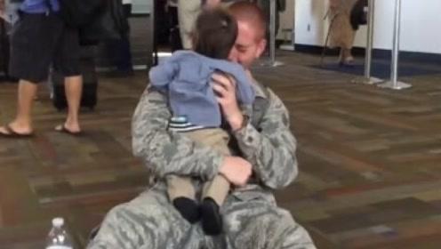 宝宝看到当兵的爸爸回来,下一秒的反应,是我一年笑点