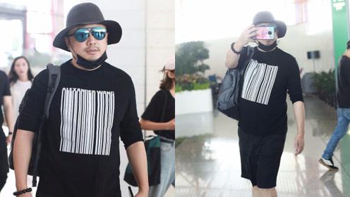 山争哥徐峥戴礼帽配墨镜超时尚 举手机拍粉丝化身呆萌大叔