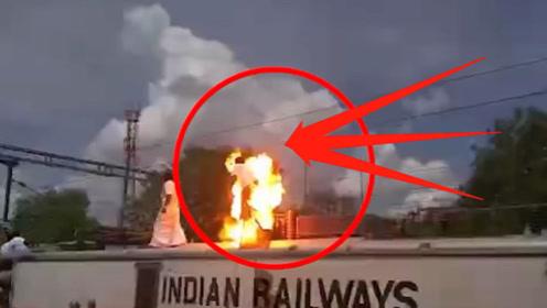 印度小伙为出风头,作死爬上火车摸高压线,下一秒瞬间发生意外