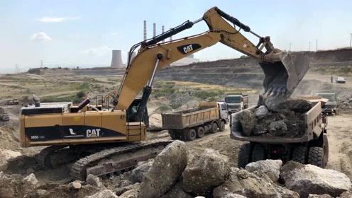 CAT 385C挖掘机装载卡车和CAT 773D自卸车