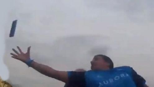 玩过山车一部手机从天而降,小伙超快手速在半空一把捕获