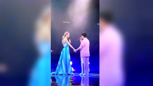 容祖儿演唱会上,情歌王子助阵合唱经典情歌,好听极了!