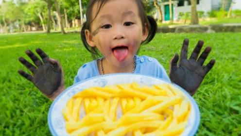 小萝莉满手泥巴就想吃薯条,妈妈却不让她吃,小萝莉该怎么办呢?