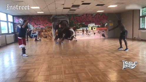 这些老外的跳绳是怎么玩的?全是各种姿势的空翻