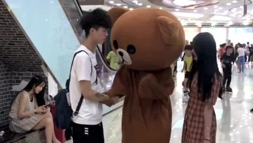 网红熊也有悲催的时候,在商场被小姐姐欺骗,真的是欲哭无泪