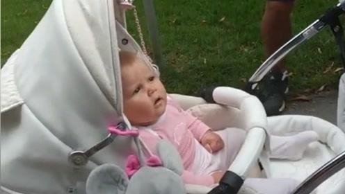 一帮大老爷们围着婴儿车给宝宝唱摇篮曲却被打脸