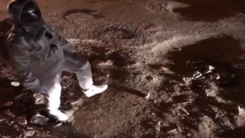 印度登月成功?宇航员直播月球漫步,下一秒三轮车乱入憋住别笑!